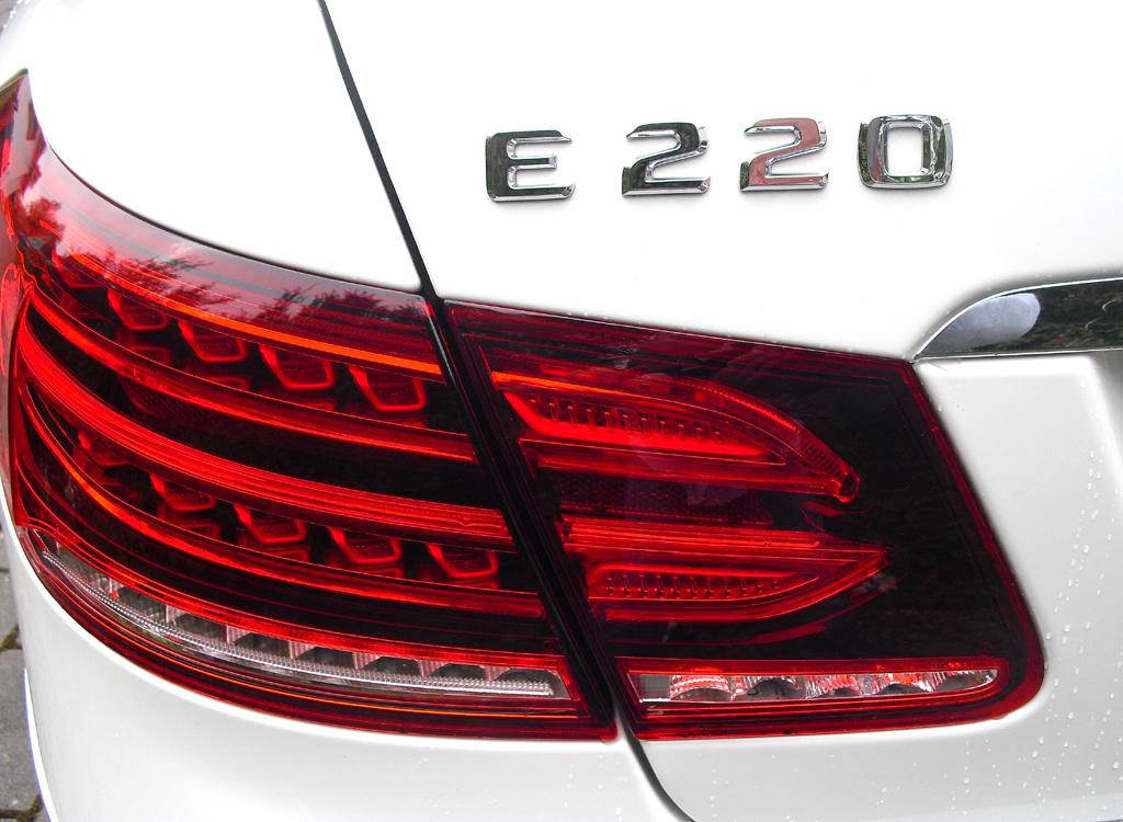 Mercedes E-Coupé: Moderne Leuchteinheit hinten mit Modellschriftzug.