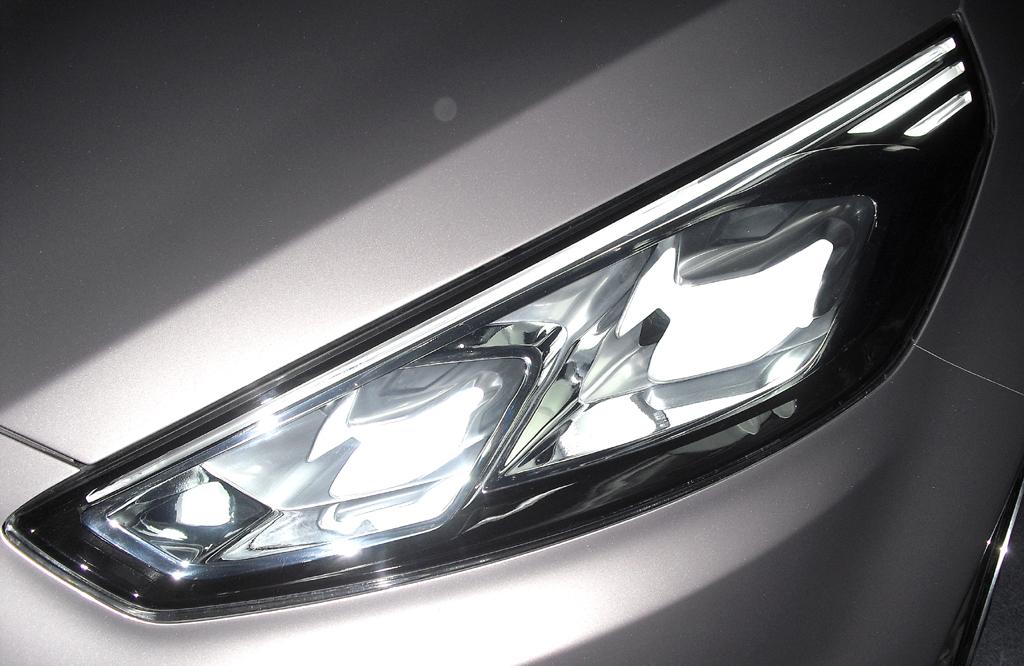 Moderne Leuchteinheit vorn beim neuen S-Max Vignale Concept.