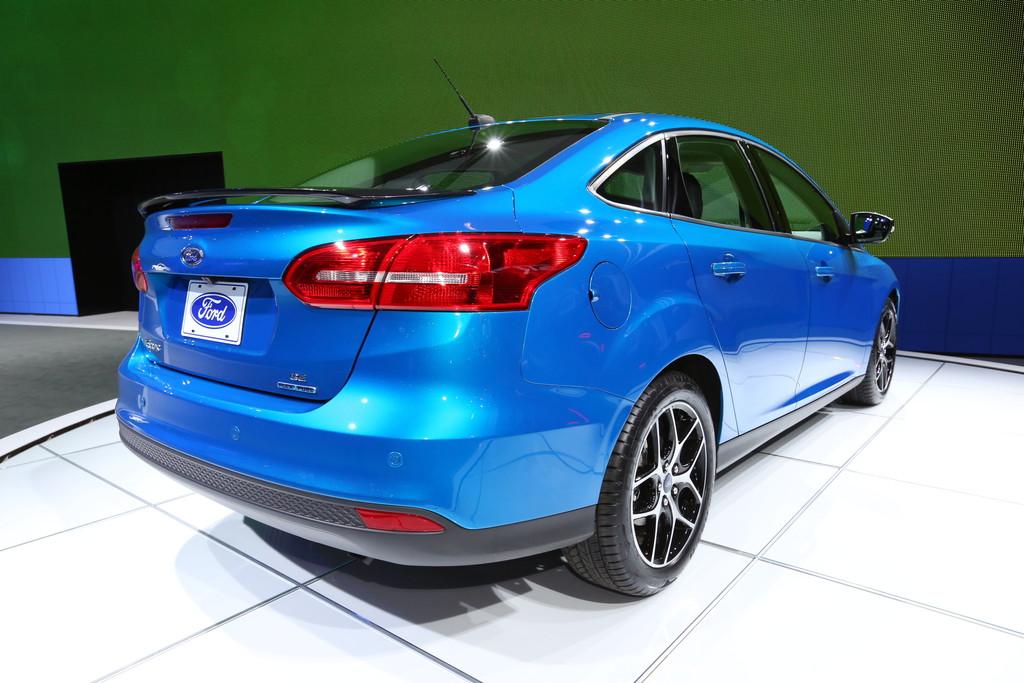 New York 2014: Ford Focus nun auch als Viertürer