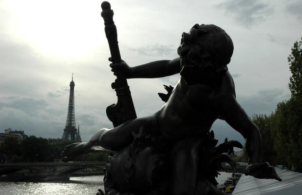 Pariser Kontraste: Zuckerbäcker- Basilika und Frivoltheater