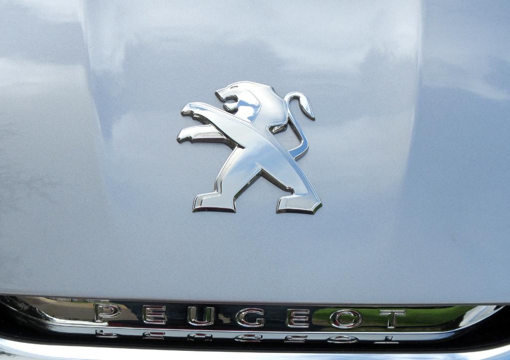 Peugeot 308 SW: Der Markenlöwe sitzt vorn auf der Motorhaube.