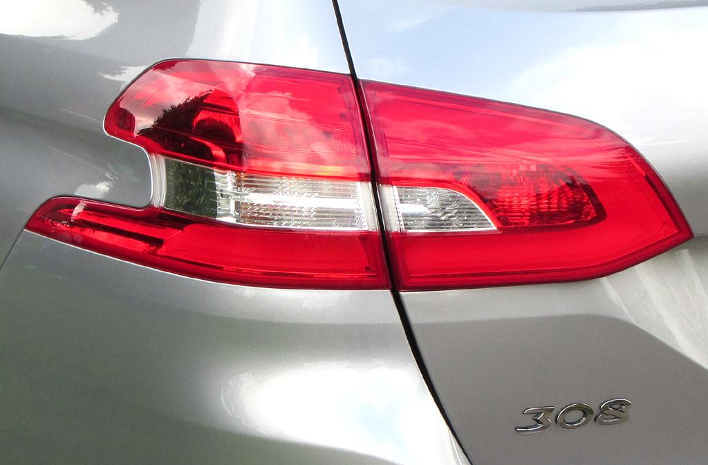 Peugeot 308 SW: Moderne Leuchteinheit hinten mit Baureihen-Kennung.