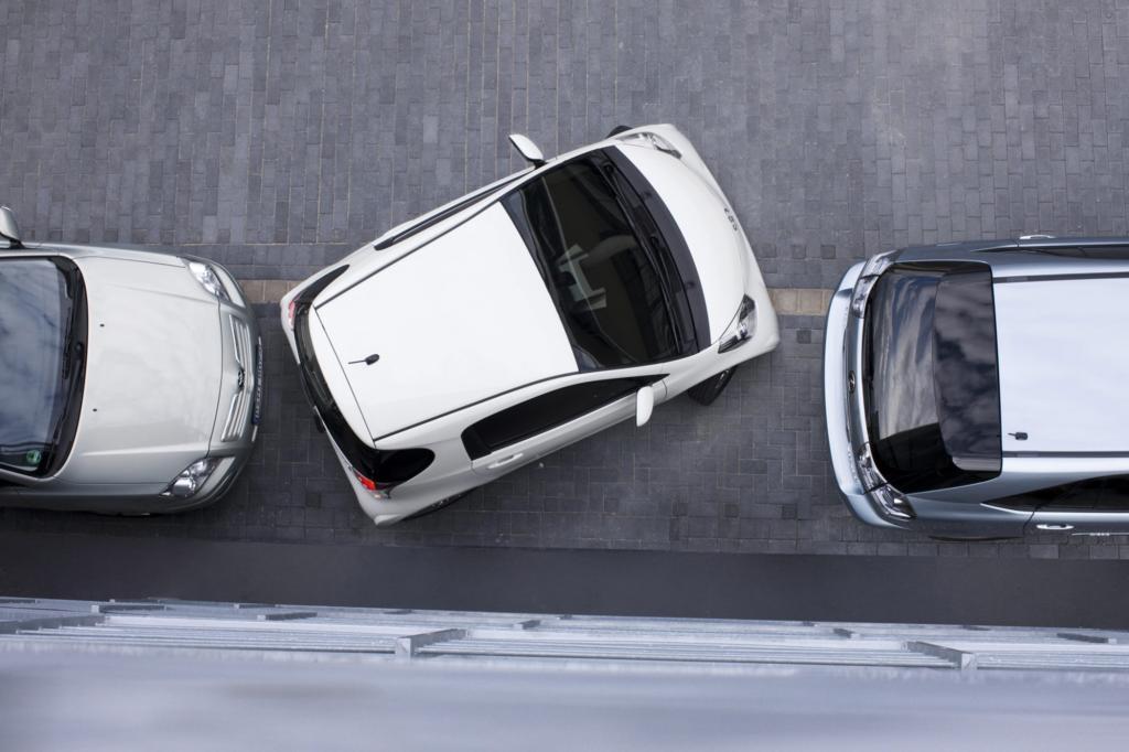 Platz ist auch in der kleinsten Lücke: Der Toyota iQ ist kaum länger als der Smart