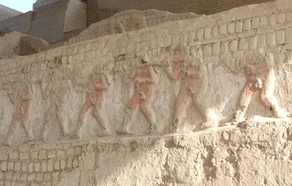 Relief mit Menschenopfer-Darstellung in der Huaca el Brujo.