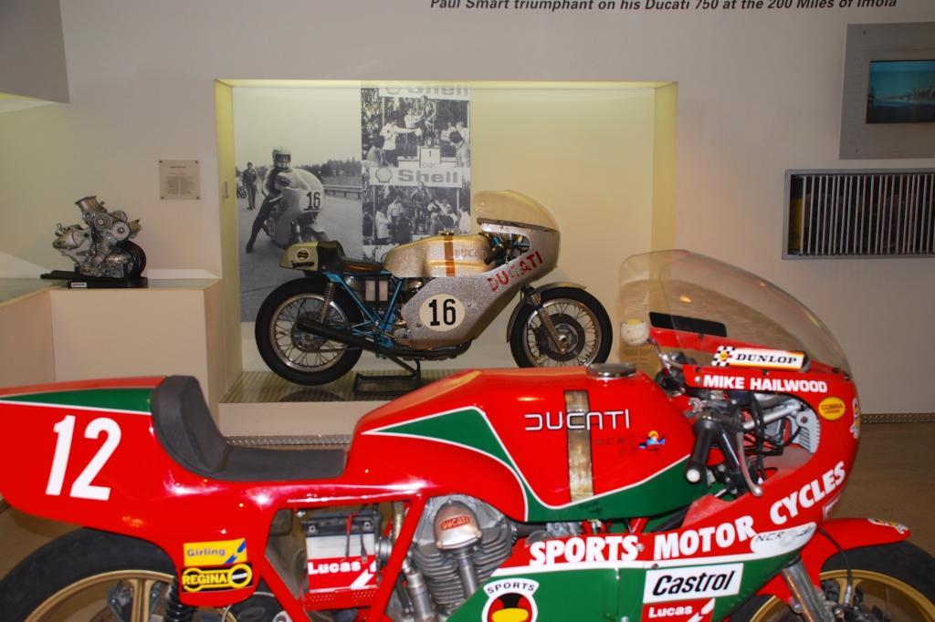 Rennmotorräder von Ducati-Legenden wie Paul Smart (hinten) und Mike Hailwood sind im Museum zu bestaunen