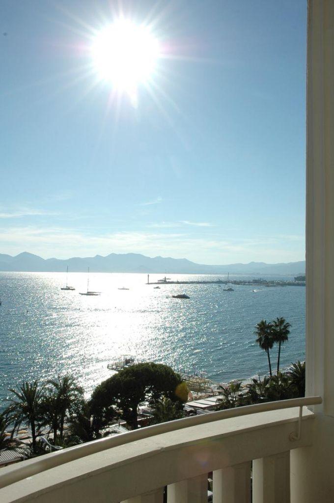 Südliche Stimmung in Cannes mit Blick aufs Meer.