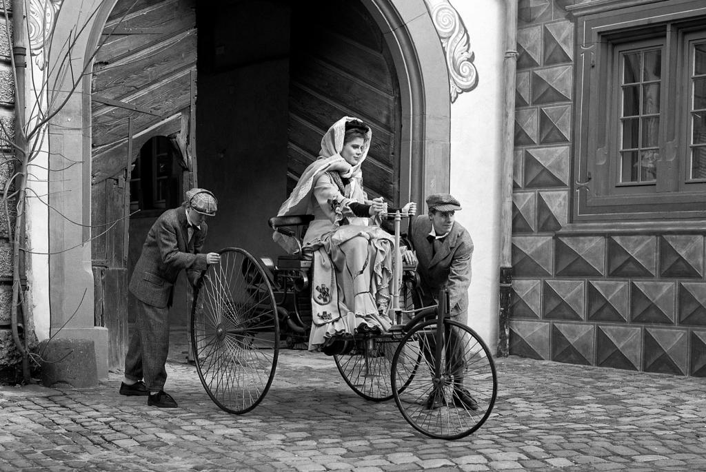 Schon im Patent-Motorwagen, dem ersten Auto der Welt, reiste Bertha Benz unter freiem Himmel - Foto: Mercedes-Zenz