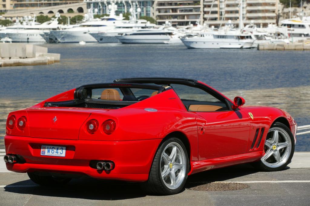 So konnte man es wahlweise als Dach über die Köpfe klappen oder bündig auf dem Heckdeckel ablegen - Foto: Ferrari