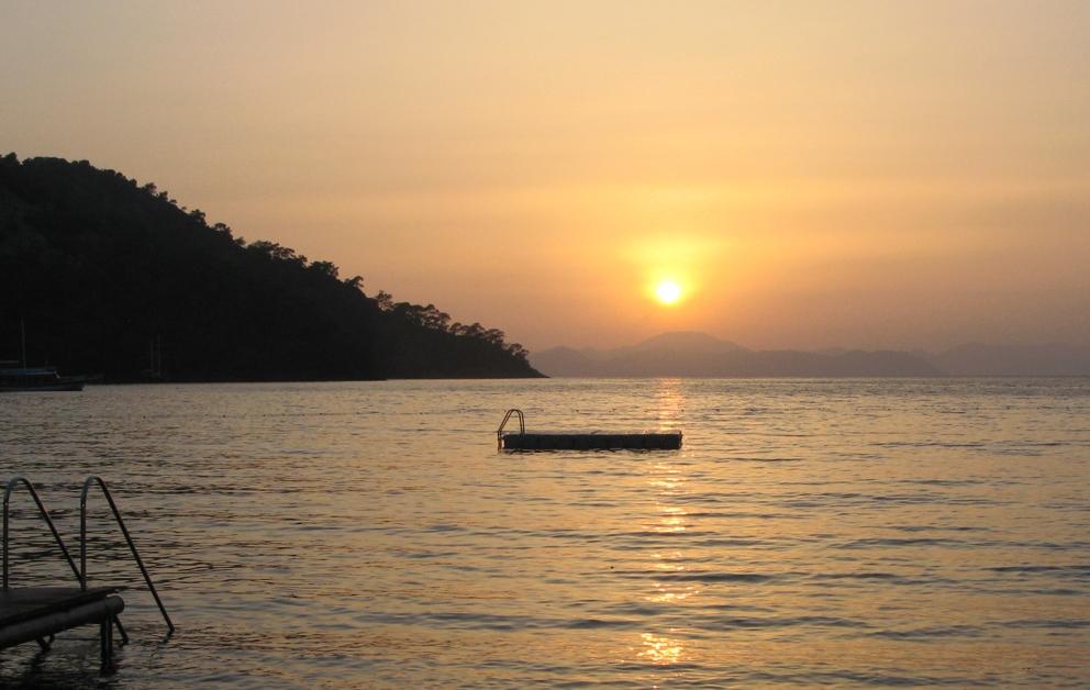 Sonnenuntergang über der Bucht, in der der Hillside Beach Club liegt.