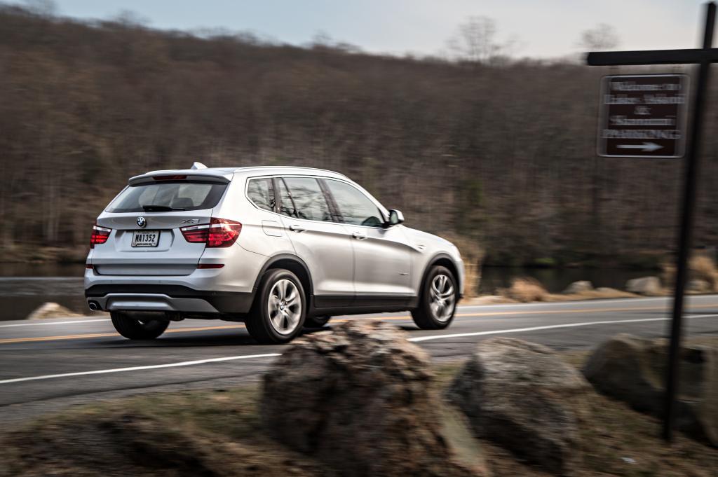 Spätestens wenn man den Motor anlässt oder dem Wagen mal ausnahmsweise unter die Haube schaut, dann weiß man, was wirklich wichtig ist bei der Modellpflege – zumindest, wenn man im X3 20d sitzt