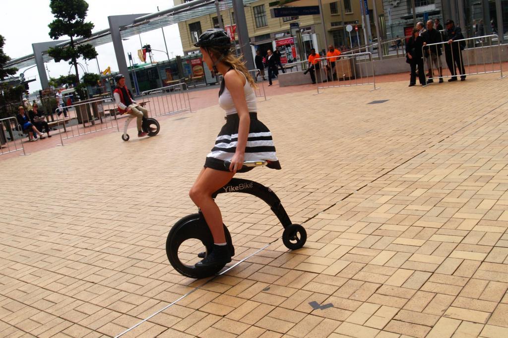 Treten muss der Fahrer des Yike Bike nicht, für Bewegung sorgt der der 200 Watt starke Elektromotor. Foto: © Yike Bike