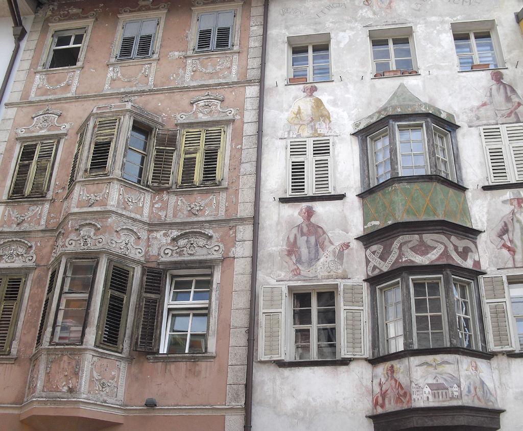Typische Südtiroler Hausfassaden in Bozen.