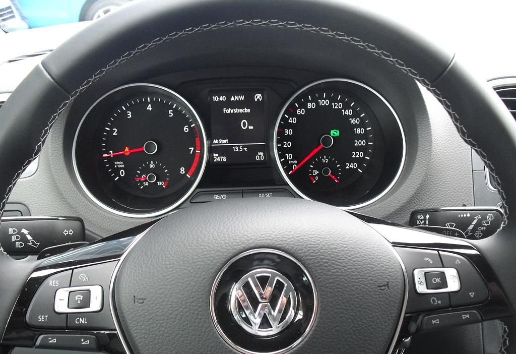 VW Polo: Blick durch den Lenkradkranz auf die Rundinstrumentierung.
