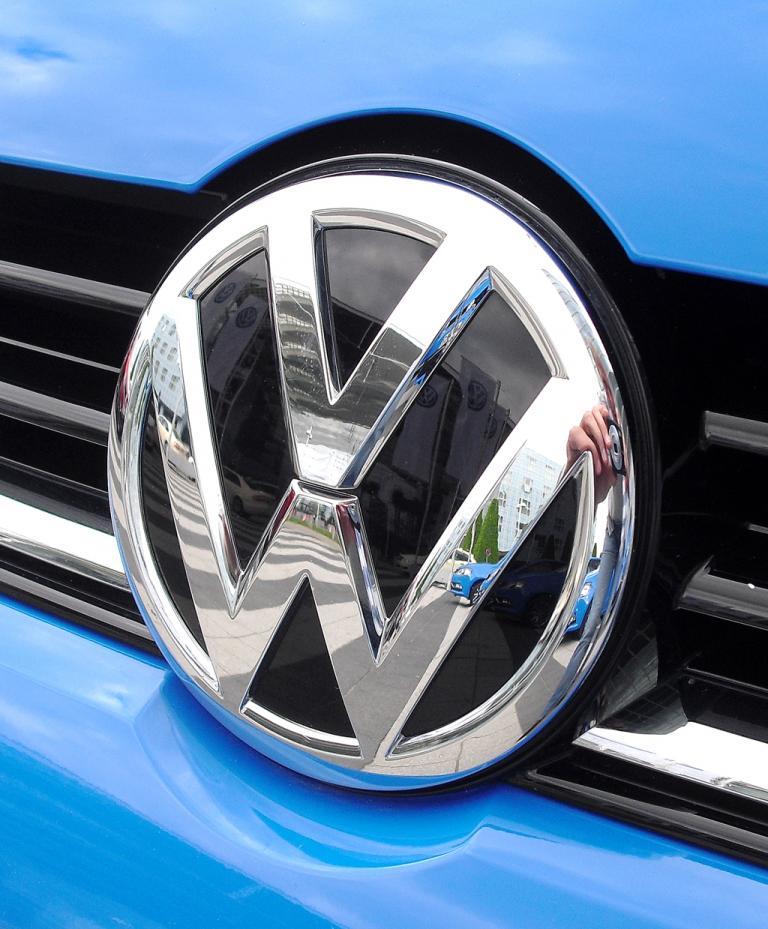 VW Polo: Das Markenlogo sitzt mittig im oberen Kühlergrill-Teil.