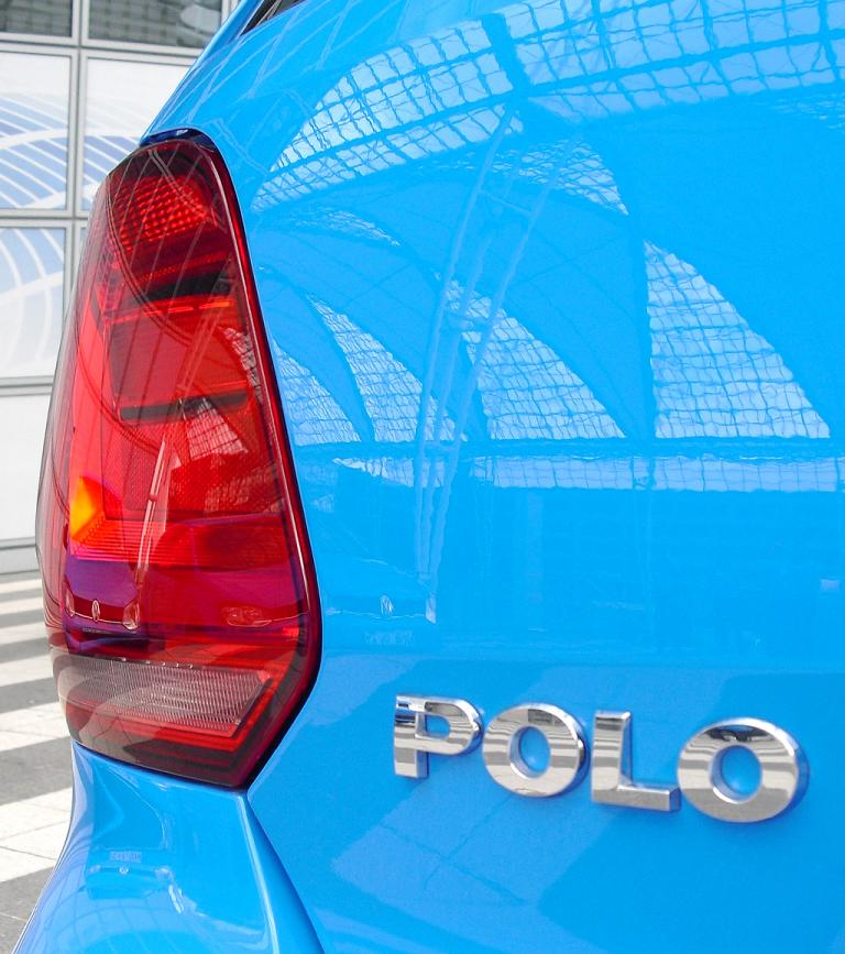 VW Polo: Moderne Leuchteinheit hinten mit Modellschriftzug.