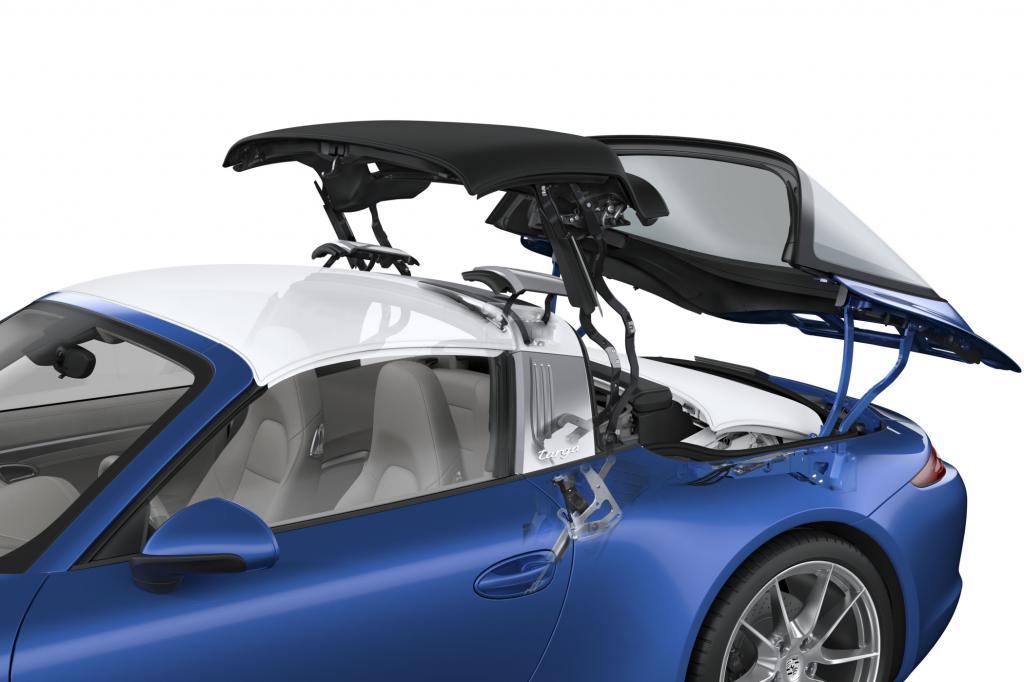 Während sich die gläserne Heckscheibe öffnet und nach hinten wegkippt, gehen zwei Klappen im silbernen Targa-Bügel auf und geben die Kinematik des Stoffverdecks frei - Foto: Porsche