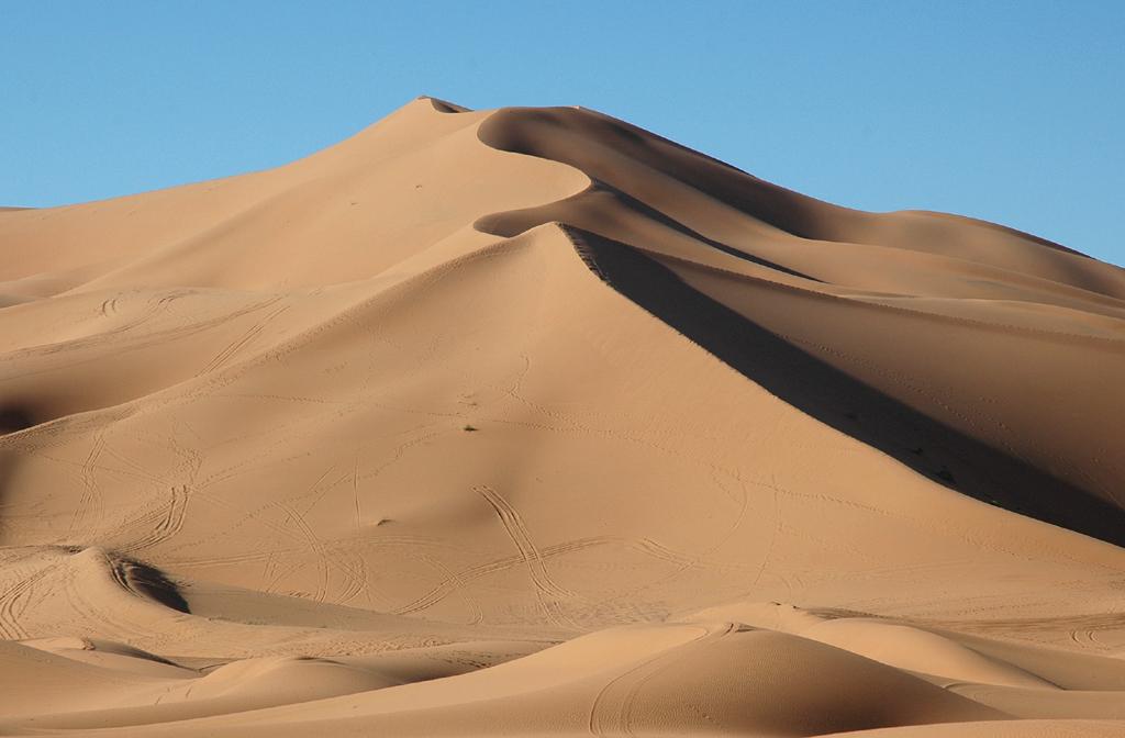 Wüstengebiet Erg Chebbi mit hohen Sanddünen.