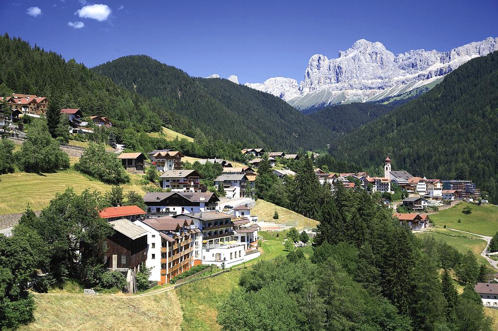 Welschnofen mit dem Engel Spa & Resort vorn zu Füßen der Dolomiten.