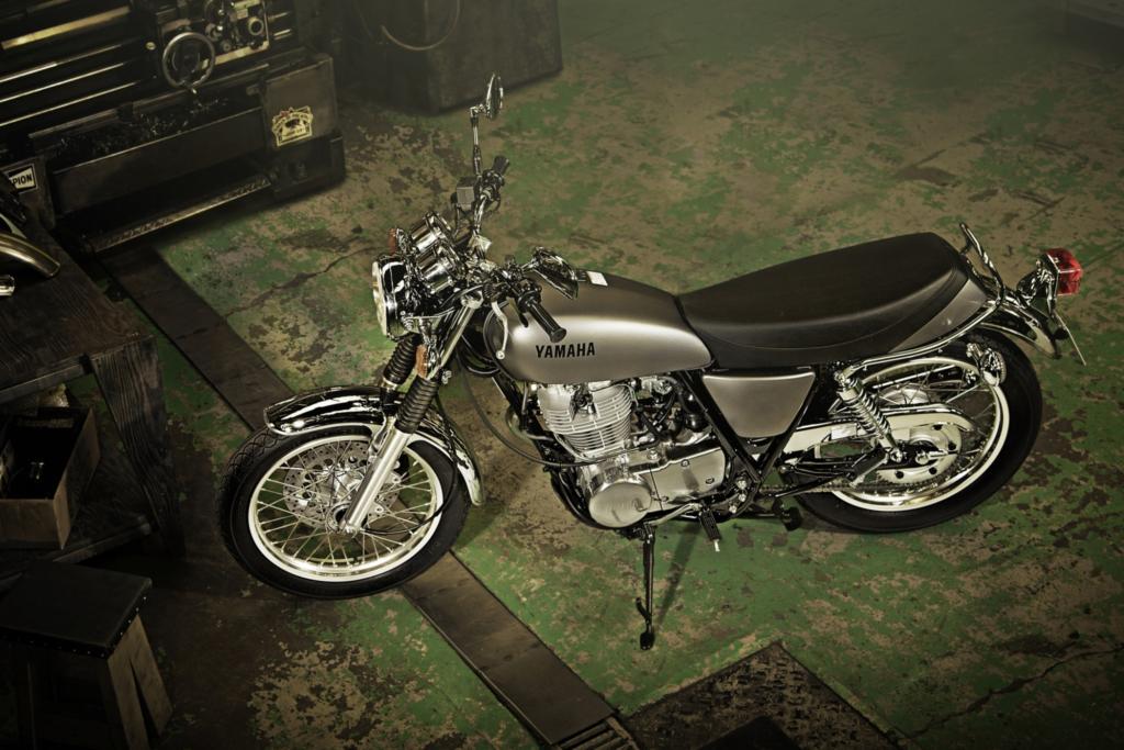 Yamaha hat die SR 400 samt ihrem altertümlichen Kickstarter neu ins Programm genommen
