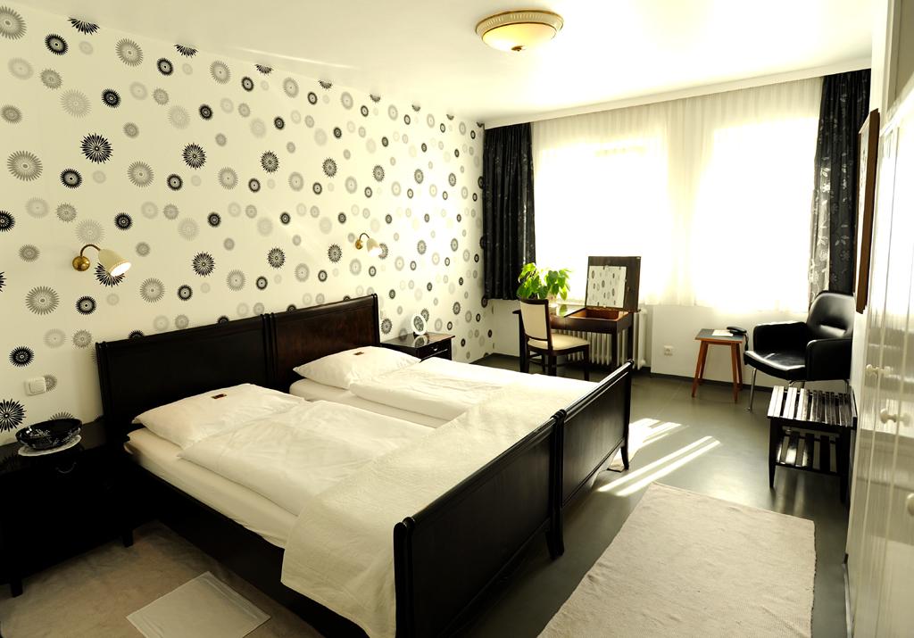 Zimmer und Salon sind im Stil der 1950er/1960er-Jahre eingerichtet.