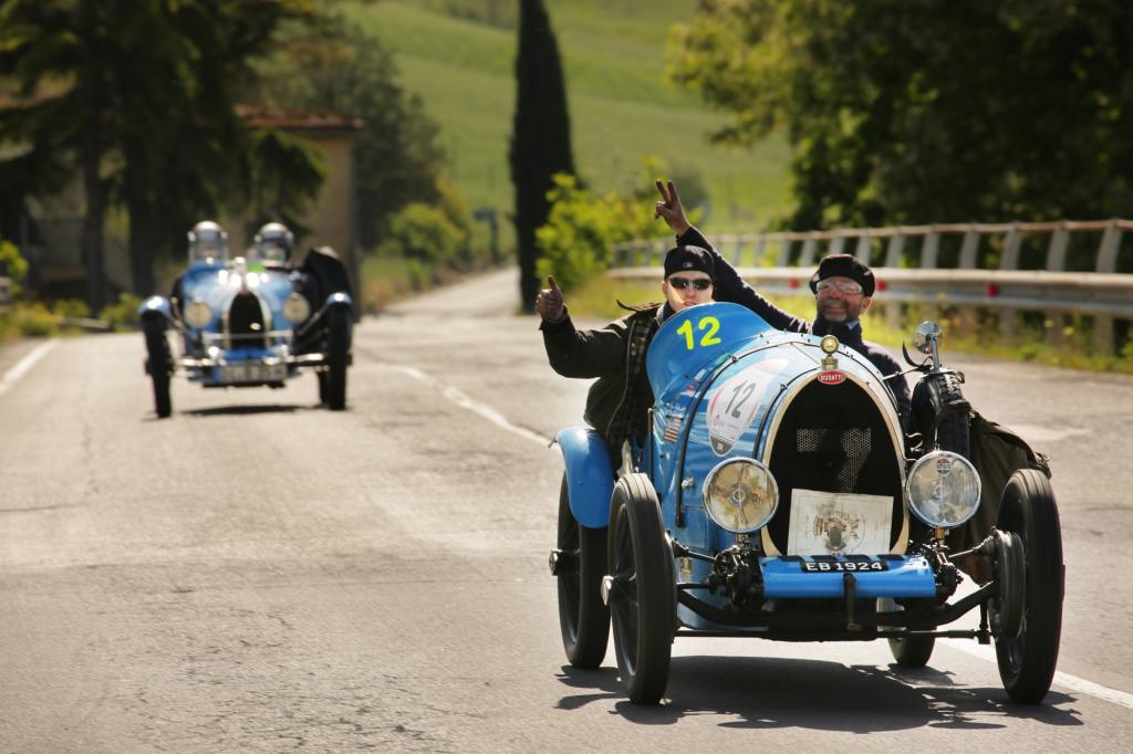 Öfter mal winken: Team 12 im Bugatti T13 Brescia Corsa