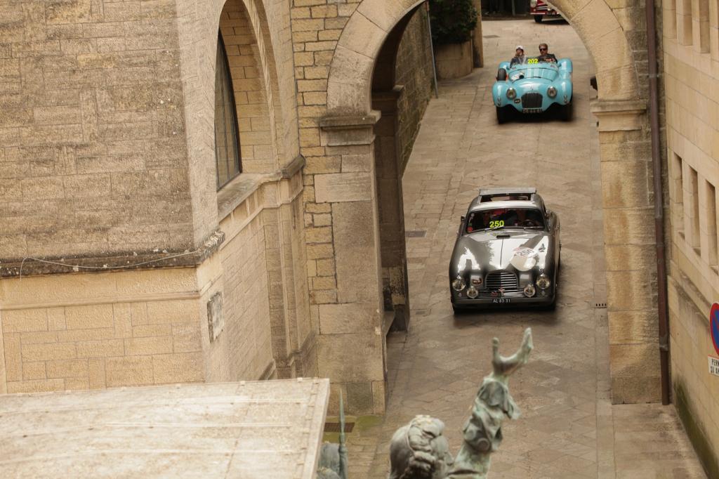 Alte Autos (250: Aston Martin DB2, 202: Talbot-Lago T26 GS) vor malerischer Kulisse, das ist die Mille Miglia