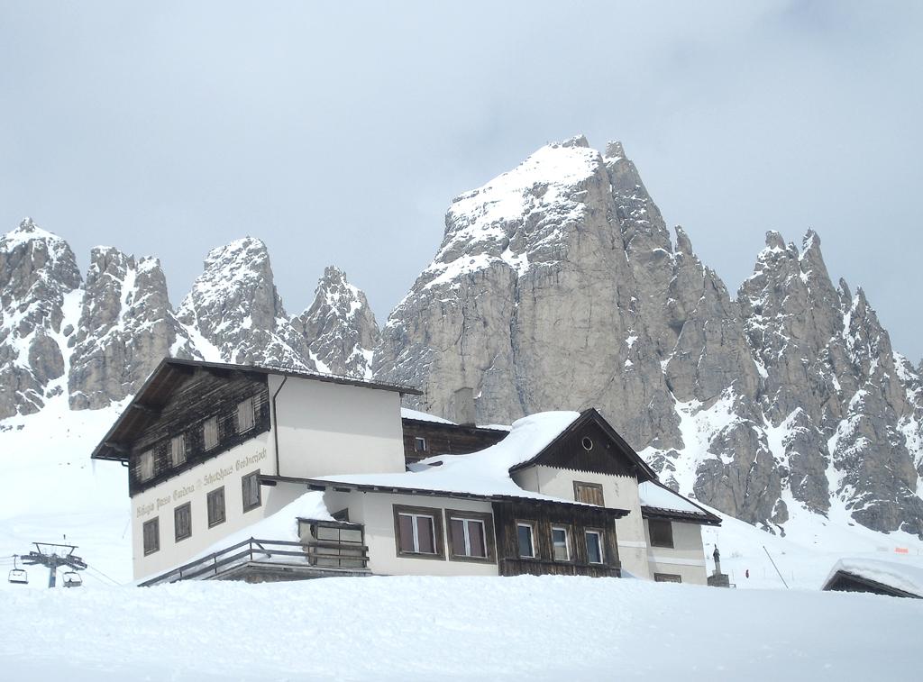 Am Grödnerjoch: Schutzhaus Rifugio Passo Gardena vor Bergmassiv.