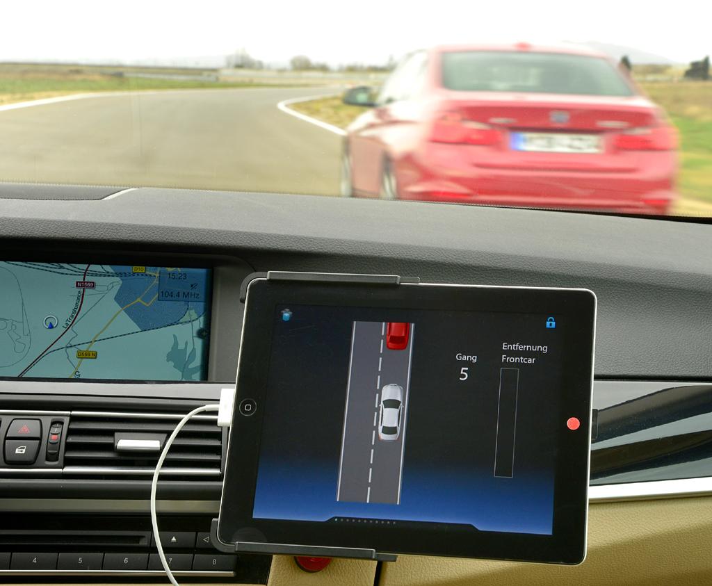 Auf dem BMW-Testgelände im südfranzösischen Miramas: Ein Tablet-PC zeigt ...