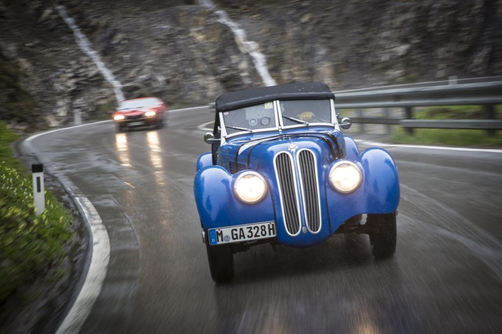 Auf den kurvenreichen Straßen merkt man, dass das BMW-Fahrwerk auch schon damals seiner Zeit voraus war