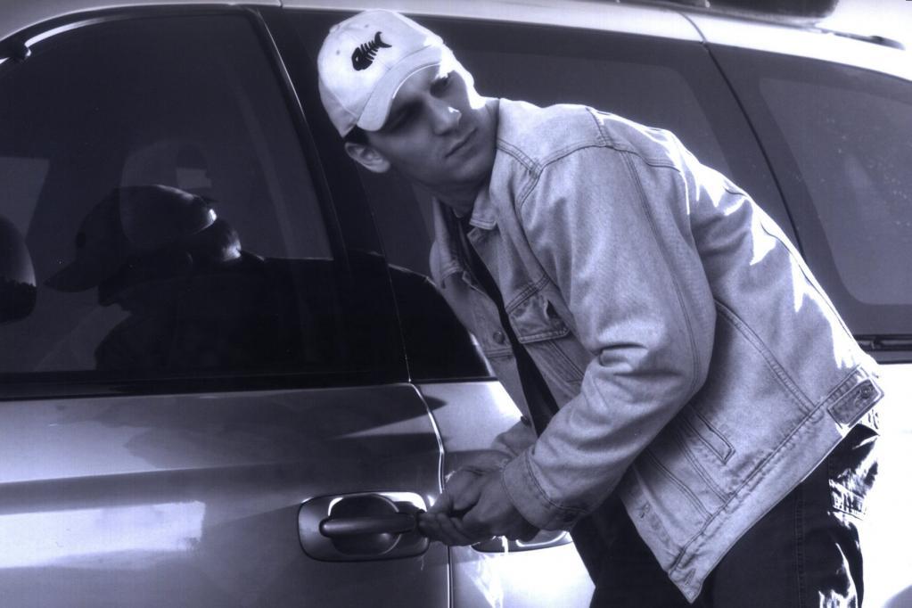 Autodiebe zerlegen BMW in Einzelteile