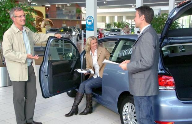 Autokäufer trauen Familie mehr als Verkäufern