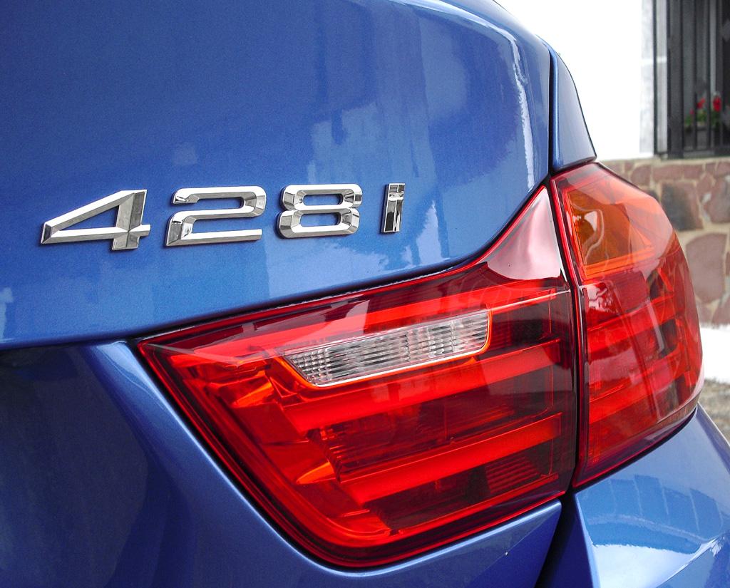 BMW 4er Gran Coupé: Moderne Leuchteinheit hinten mit Motorisierungshinweis.