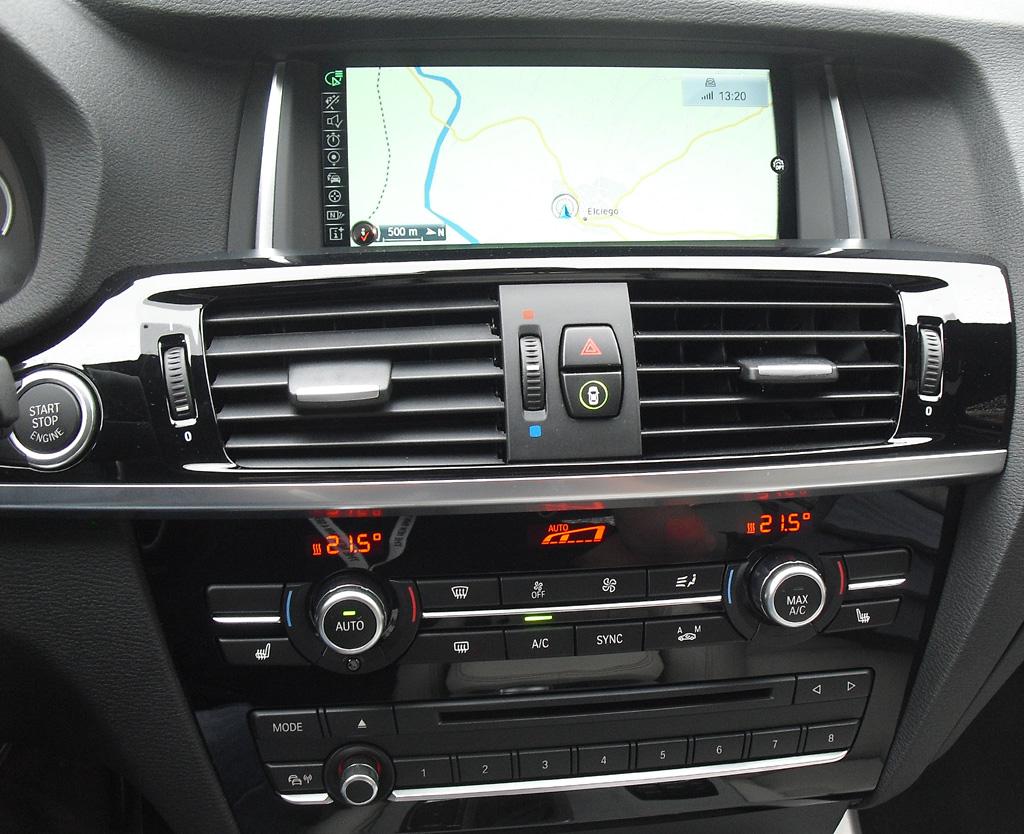 BMW X4: Blick auf den mittleren Armaturenträger.