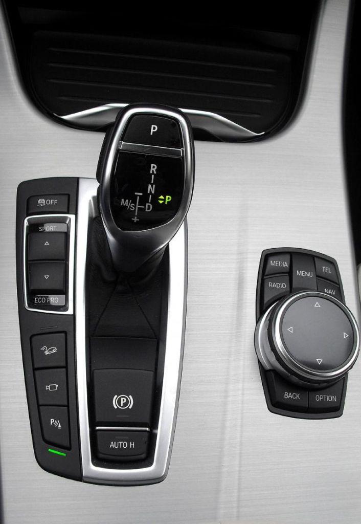BMW X4: Blick auf die Bedienheit mit Getriebewählhebel und Controller auf der Mittelkonsole.