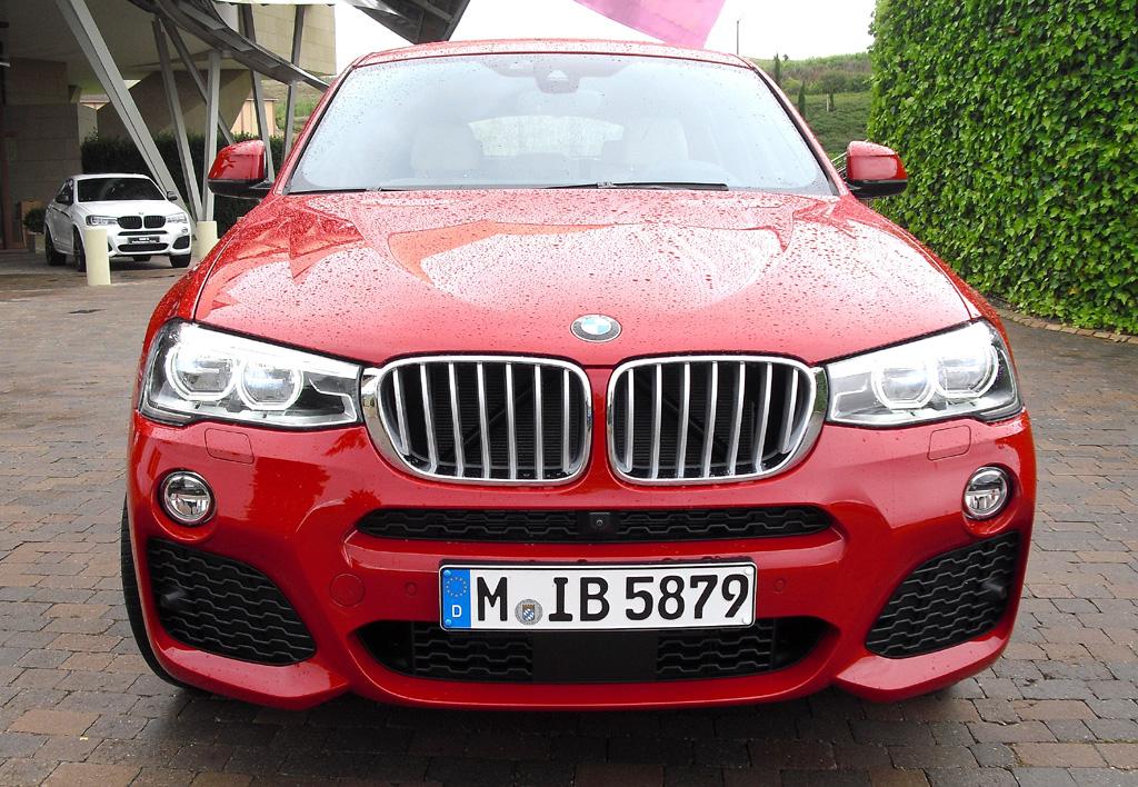 BMW X4: Blick auf die Frontpartie mit den großen Lufteinlässen weit außen.