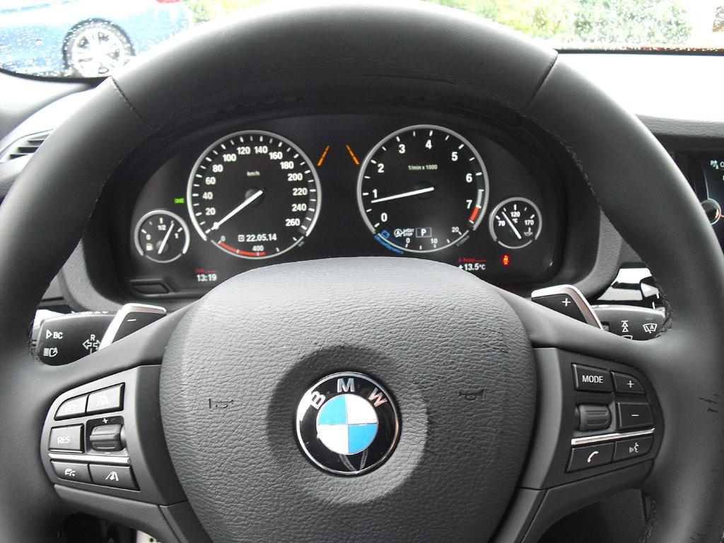 BMW X4: Blick durch den Lenkradkranz auf die Rundinstrumentierung.