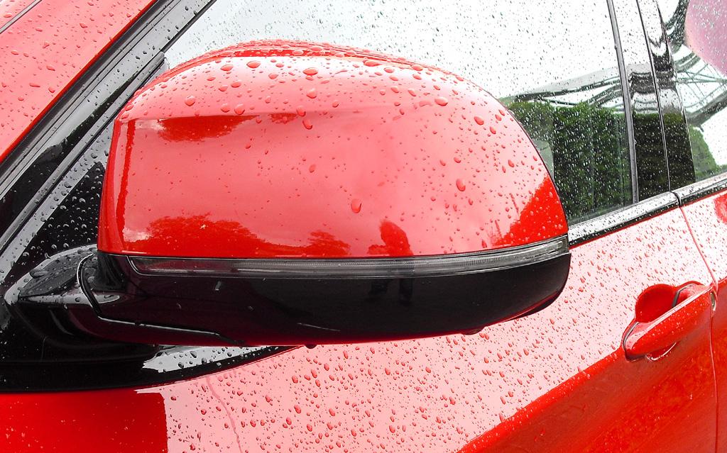 BMW X4: In die Außenspiegel sind schmale Blinkstreifen integriert.