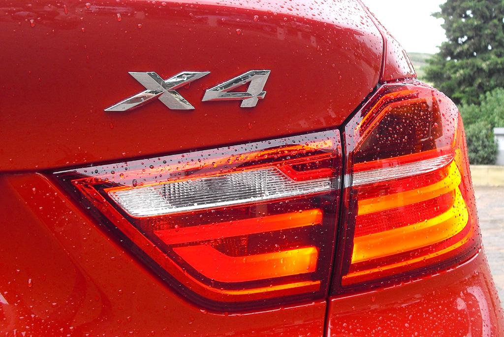 BMW X4: Moderne großformatige Leuchteinheit hinten mit Modellschriftzug.