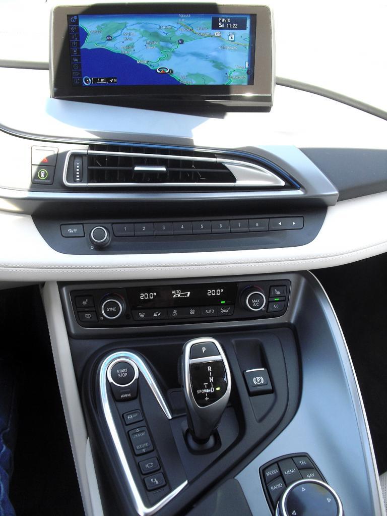 BMW i8: Blick auf den mittleren Armaturenträger.