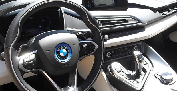 BMW i8: Blick ins übersichtlich gestaltete Cockit.