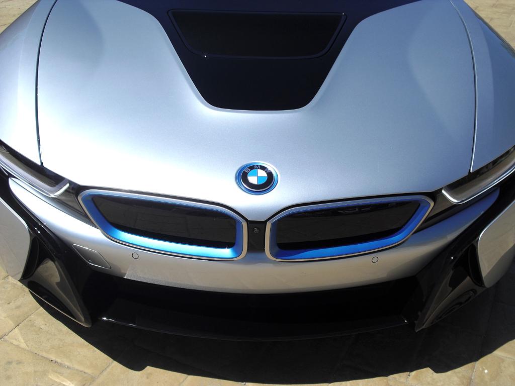 BMW i8: Das Markenlogo sitzt vorn auf der Motorhaube.
