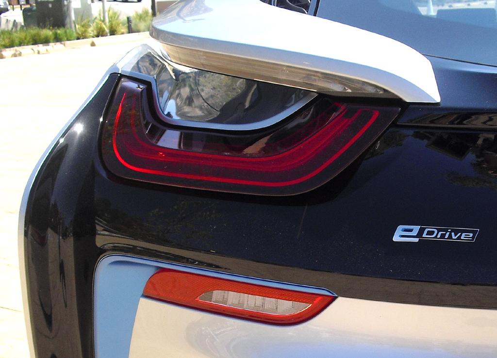 BMW i8: Moderne LED-Leuchteinheit hinten mit E-Drive-Schriftzug.