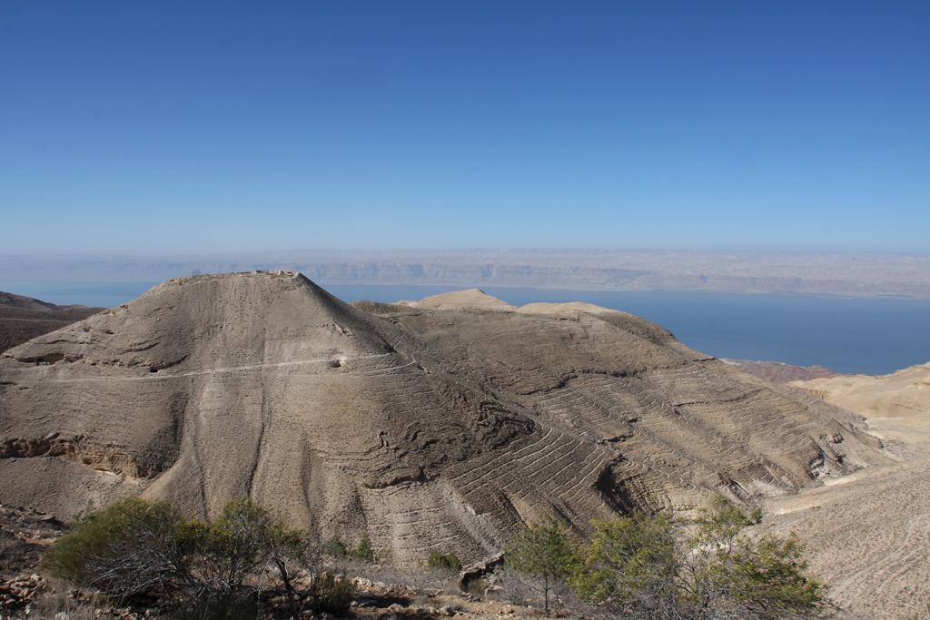 Berggipfel mit Mukawir-Festungsresten und Totem Meer im Hintergrund.