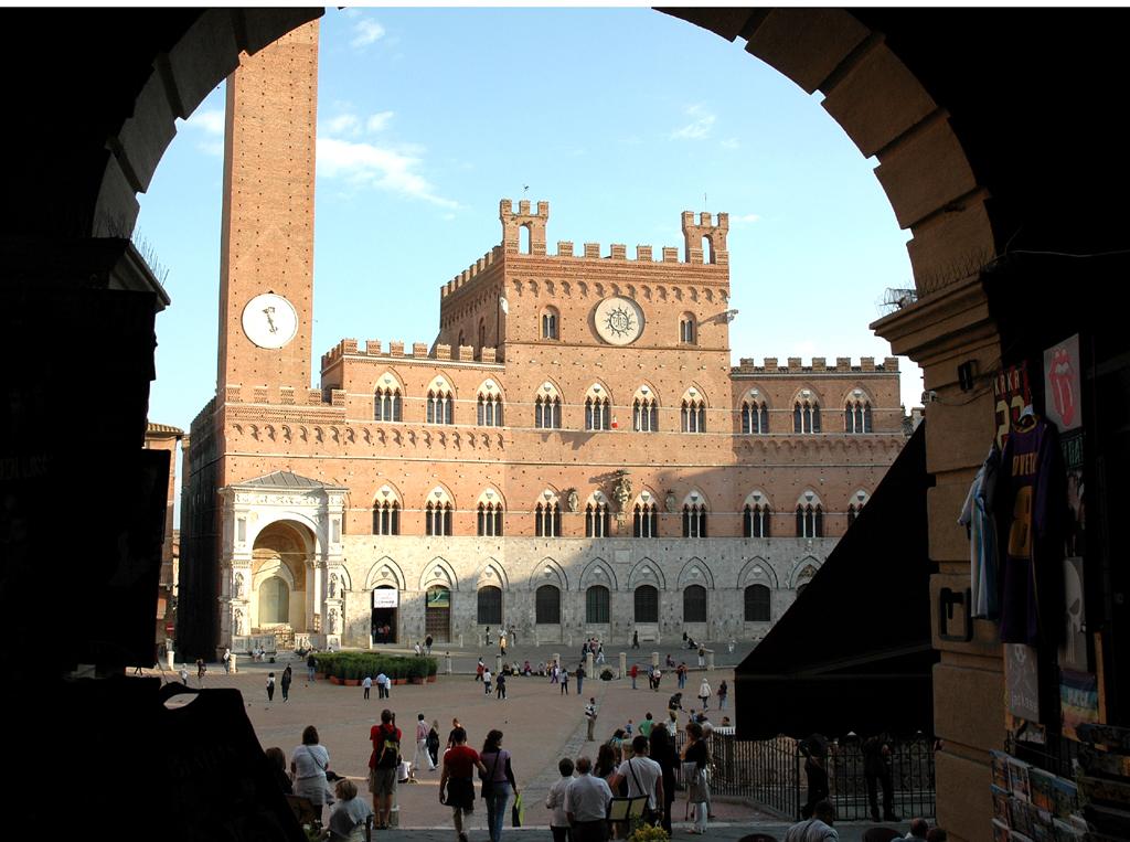 Blick auf Sienas Piazza del Campo mit dem Glockenturm.