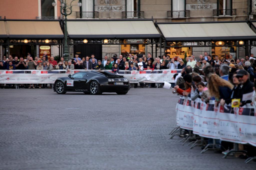 Das potente Begleitfahrzeug - der Supersportwagen Bugatti Veyron Grand Sport Vitesse - zog zwischen all den Oldies die Blicke auf sich