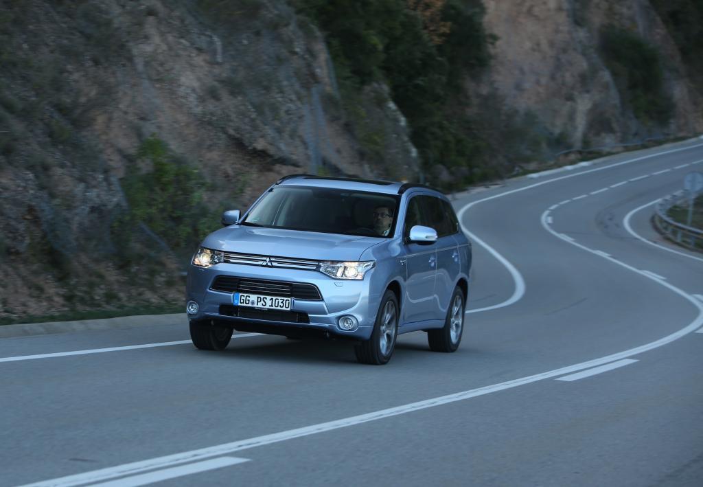 Der neue Mitsubishi Outlander PHEV mit Plug-in-Technologie an Bord erreicht einen Verbrauch von 1,9 Litern