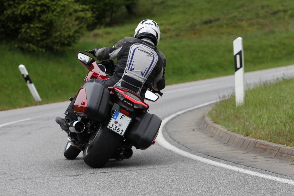 Der unübersehbare Touringcruiser mit der Mini-Scheibe und der platten Schnauze – sehr hübsch übrigens die feinen LED-Tagfahrlicht-Streifen! – ist ein ausgesprochen sanftes Motorrad