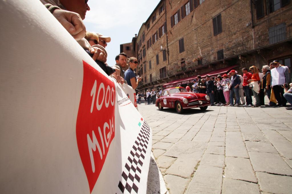 Dicht standen die Zuschauer an der Strecke, hier jubeln sie einem Stanguellini 110 Berlinetta Bertone zu