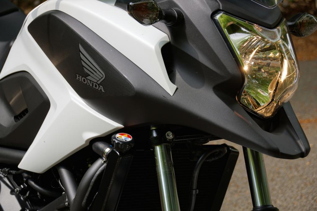 Die Gänseschnabel-Optik erinnert an Hondas große Reiseenduro Crossrunner.