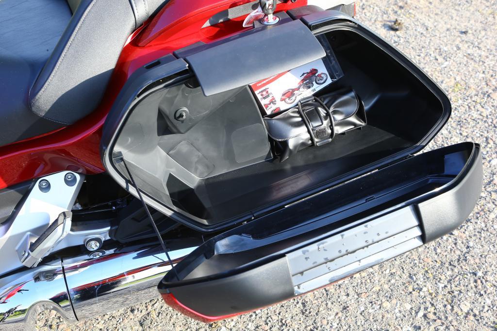 Die Kofferdeckel sind in Fahrzeugfarbe (sattes Rot  oder tristes Schwarz) lackiert, doch ihr Fassungsvermögen wie ihre Materialgüte wollen nicht so recht zum sonst sehr gediegenen Eindruck dieser Honda passen